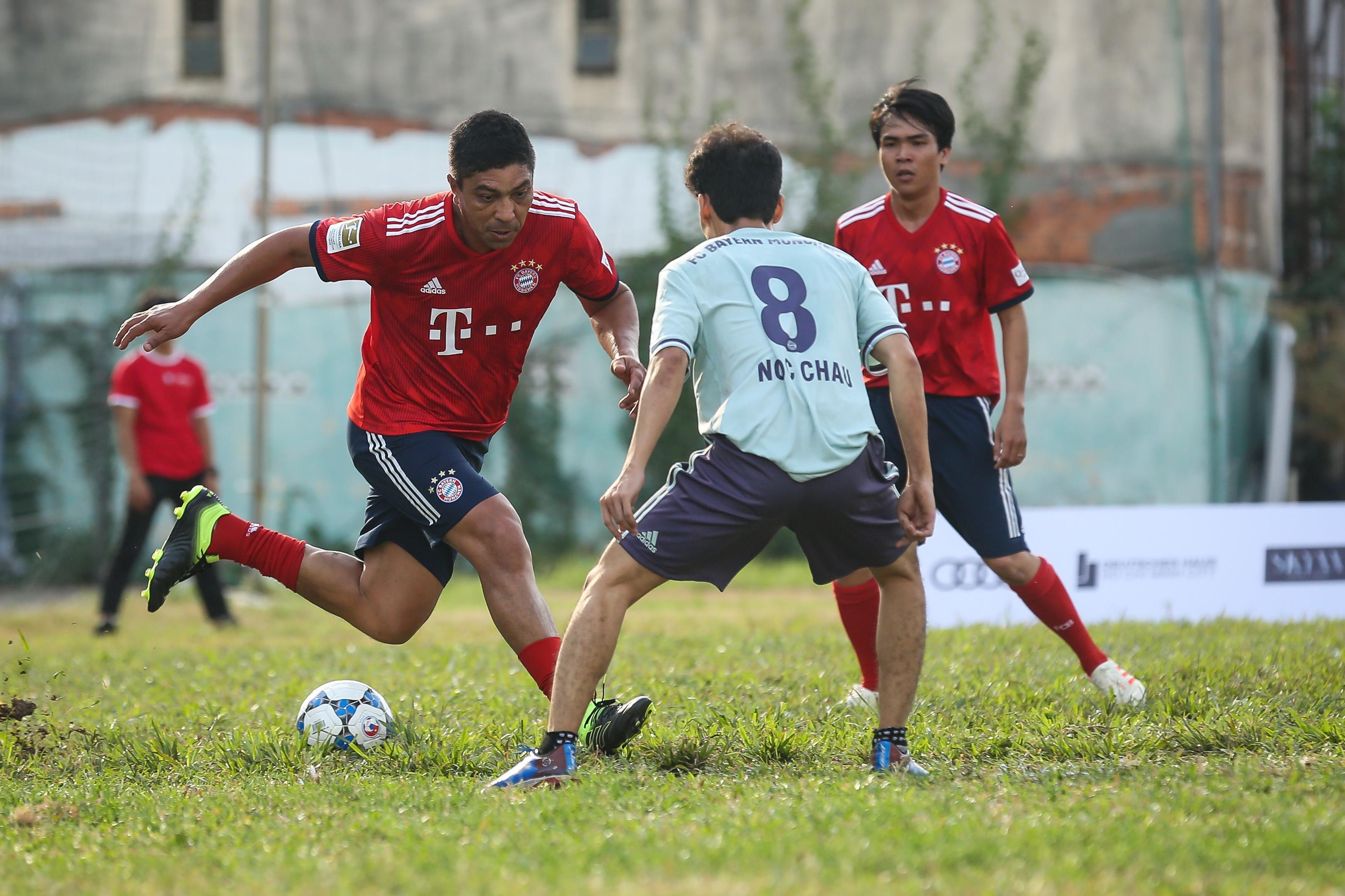 Huyền thoại Bayern vái lạy trọng tài khi nhận thẻ vàng ở Việt Nam Ảnh 4