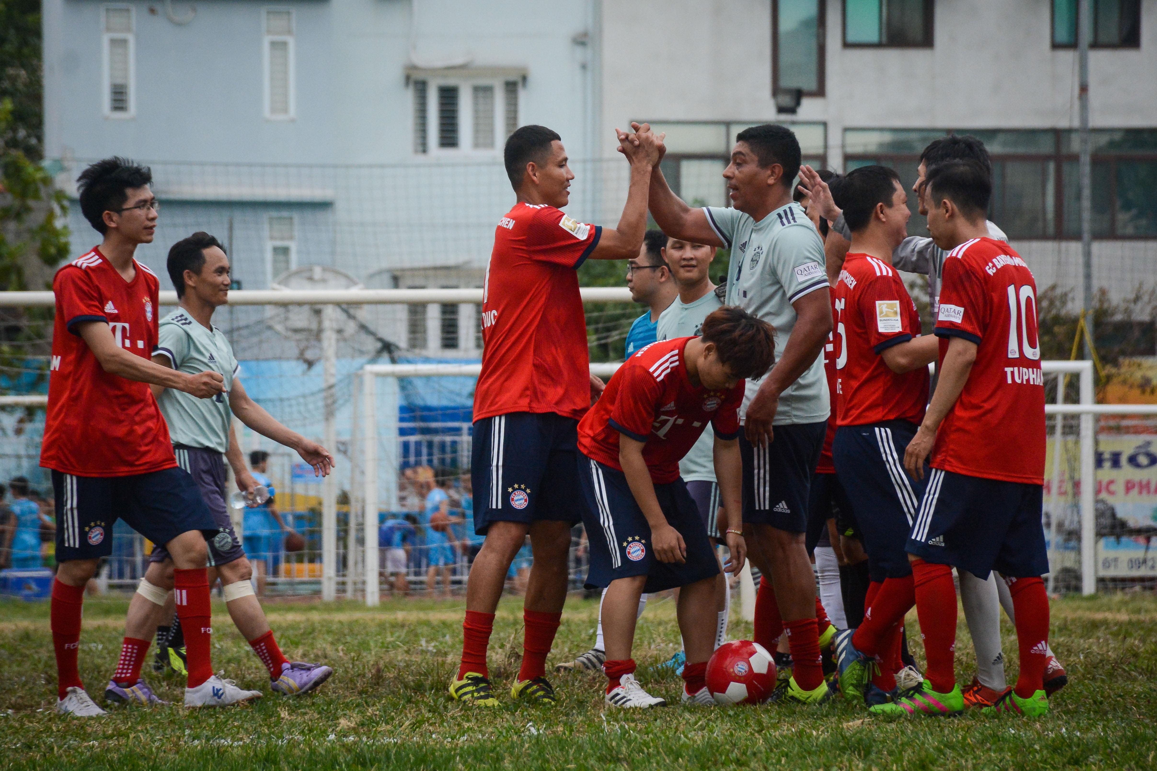 Huyền thoại Bayern vái lạy trọng tài khi nhận thẻ vàng ở Việt Nam Ảnh 11