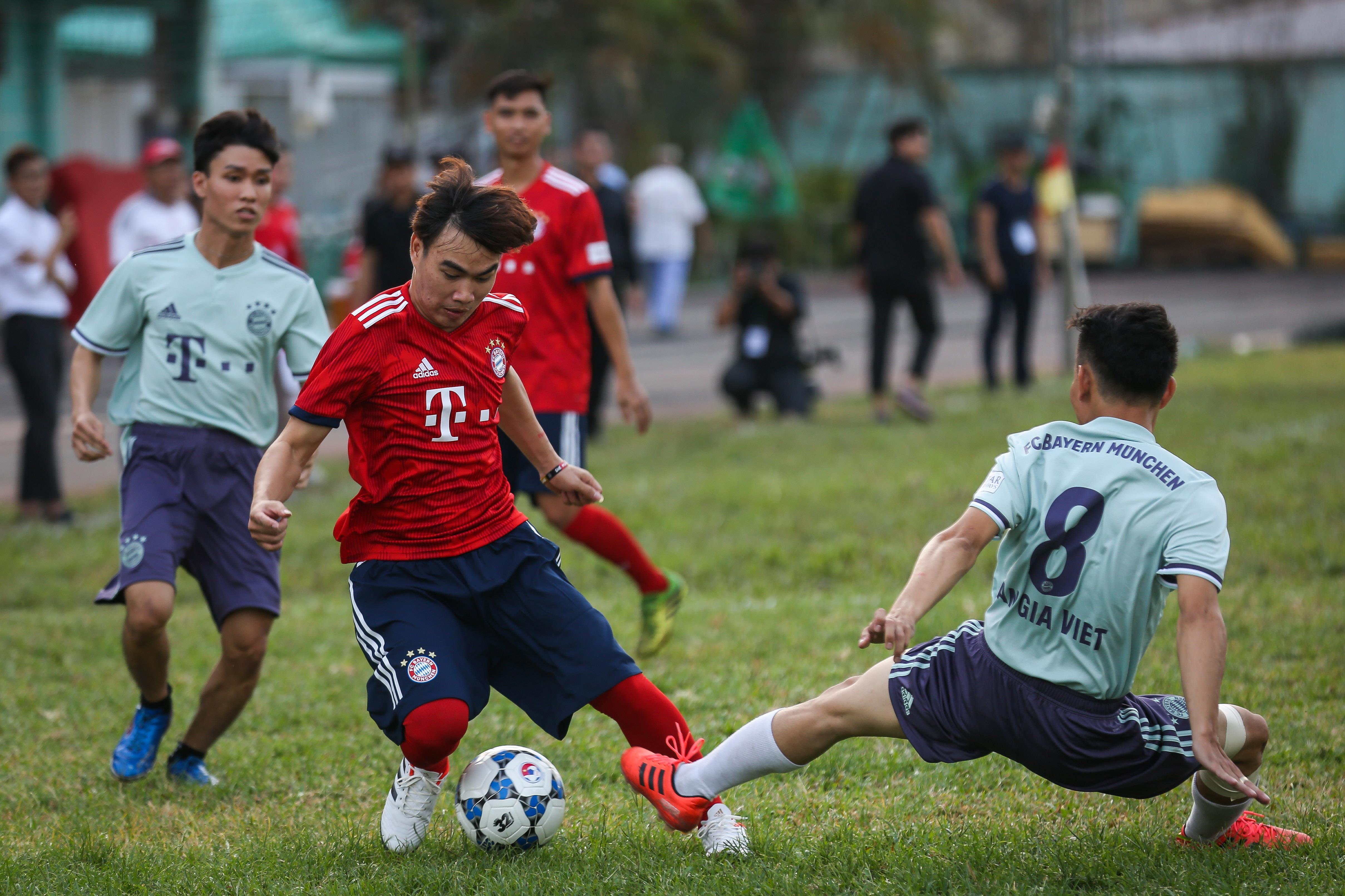 Huyền thoại Bayern vái lạy trọng tài khi nhận thẻ vàng ở Việt Nam Ảnh 2