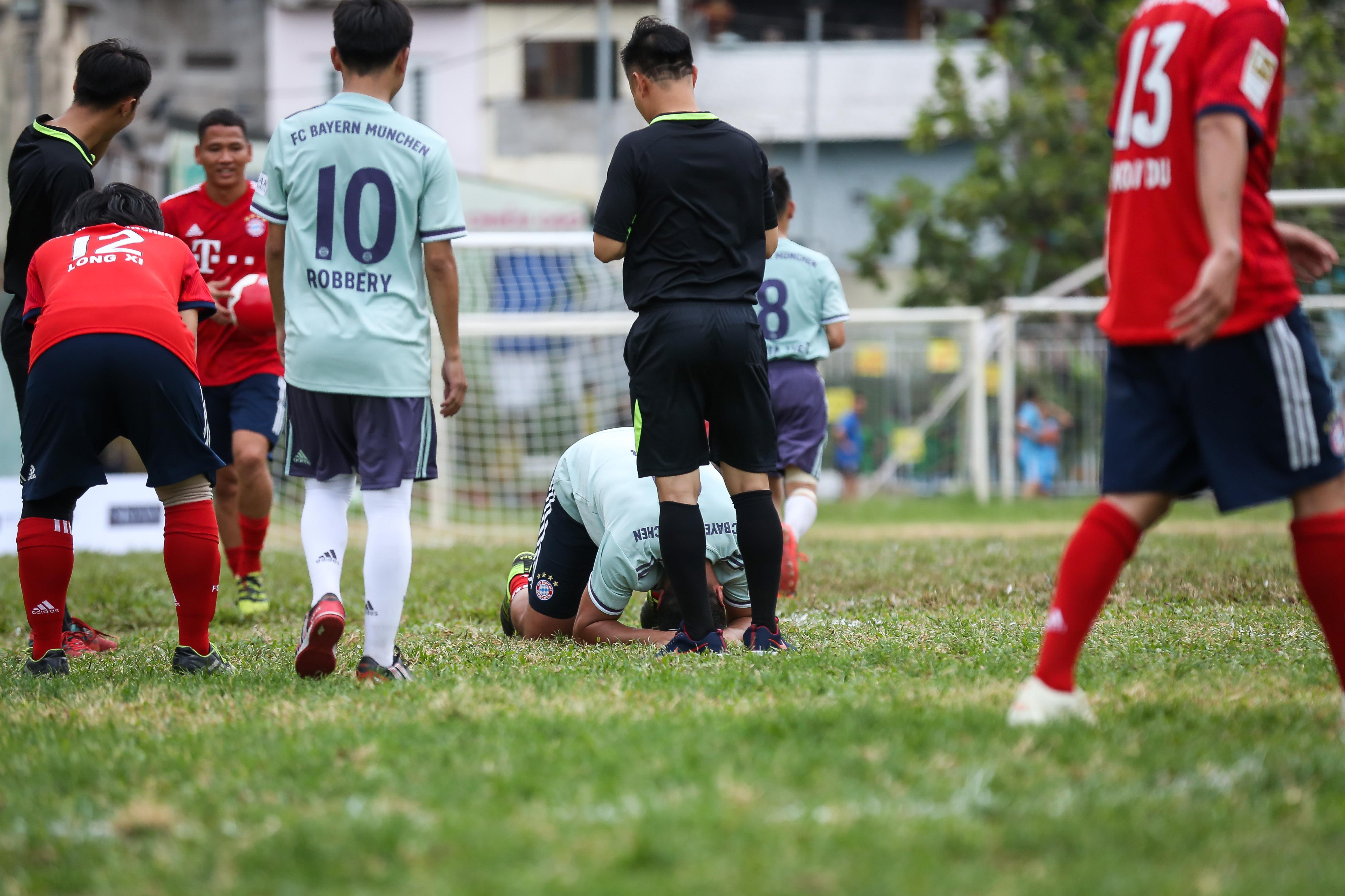 Huyền thoại Bayern vái lạy trọng tài khi nhận thẻ vàng ở Việt Nam Ảnh 9