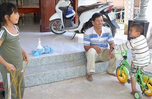 Bị văng ra khỏi bụng mẹ, mất một chân sau vụ tai nạn thảm khốc, thai nhi ở An Giang thay đổi ra sao sau 3 năm? Ảnh 5