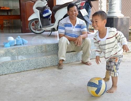 Bị văng ra khỏi bụng mẹ, mất một chân sau vụ tai nạn thảm khốc, thai nhi ở An Giang thay đổi ra sao sau 3 năm? Ảnh 9