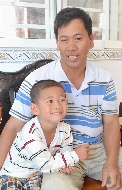 Bị văng ra khỏi bụng mẹ, mất một chân sau vụ tai nạn thảm khốc, thai nhi ở An Giang thay đổi ra sao sau 3 năm? Ảnh 6