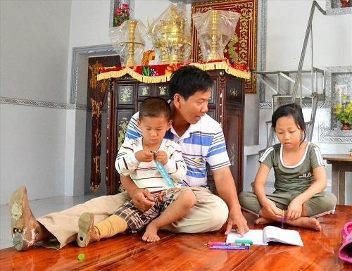 Bị văng ra khỏi bụng mẹ, mất một chân sau vụ tai nạn thảm khốc, thai nhi ở An Giang thay đổi ra sao sau 3 năm? Ảnh 4