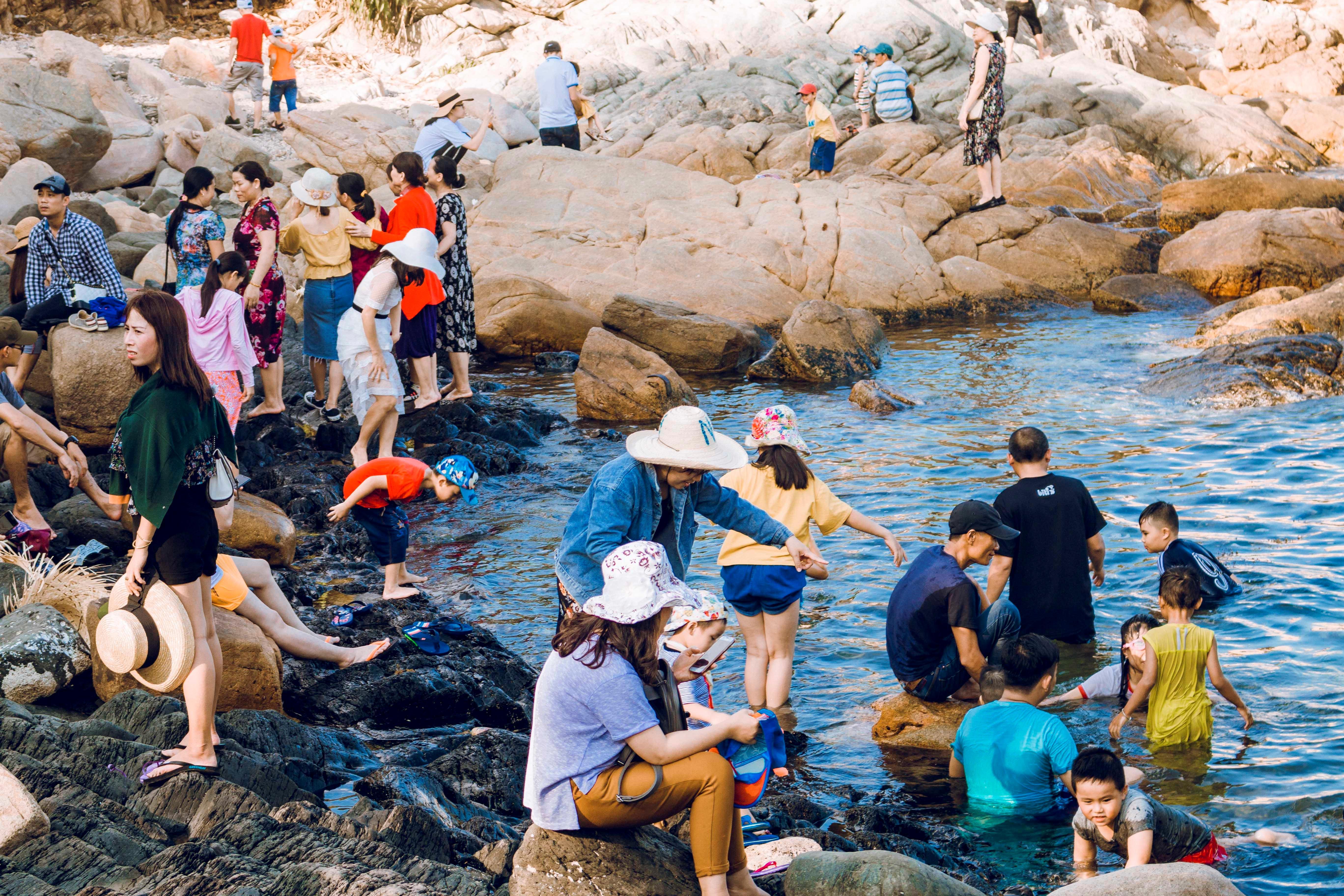 Gành Đá Đĩa đông đúc, hút khách giải nhiệt dịp nghỉ lễ Ảnh 4
