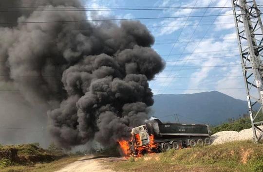 Vướng đường điện 35 KV, ô tô đầu kéo bốc cháy dữ dội Ảnh 1
