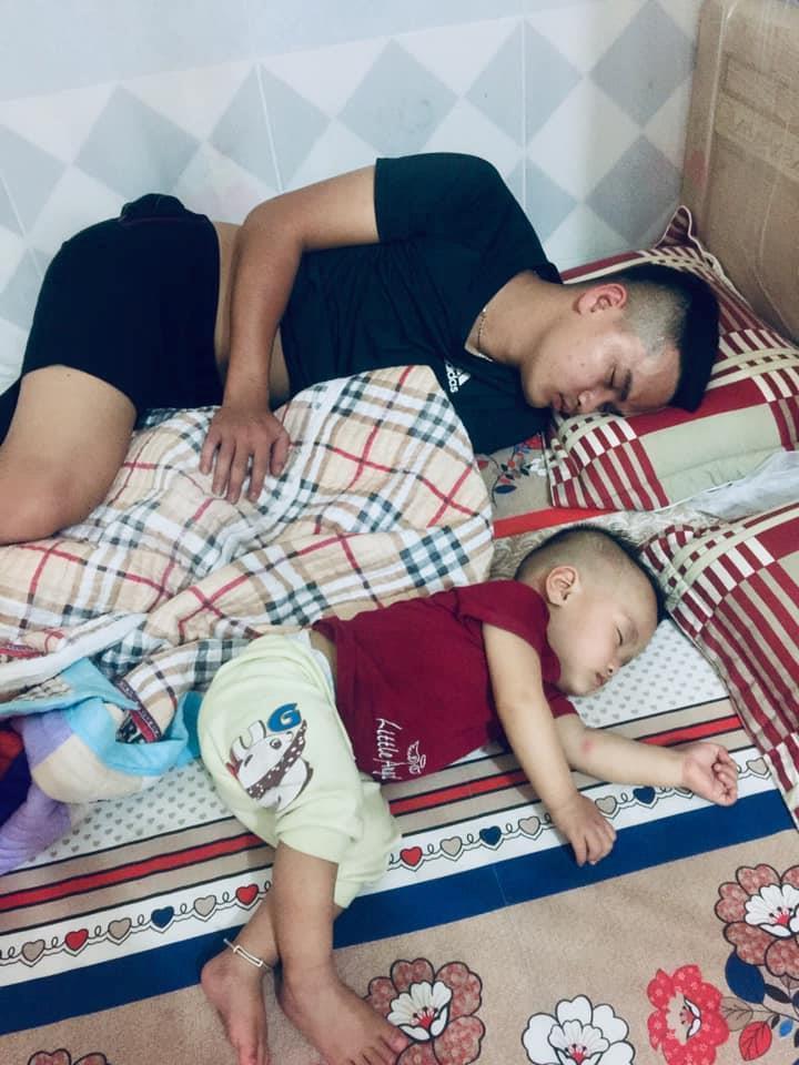 Loạt ảnh 'Đến ngủ cũng giống cha y đúc' khiến dân mạng bật cười Ảnh 6