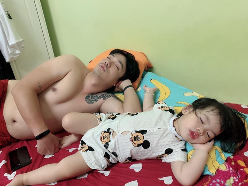 Loạt ảnh 'Đến ngủ cũng giống cha y đúc' khiến dân mạng bật cười Ảnh 8