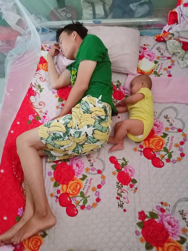 Loạt ảnh 'Đến ngủ cũng giống cha y đúc' khiến dân mạng bật cười Ảnh 3