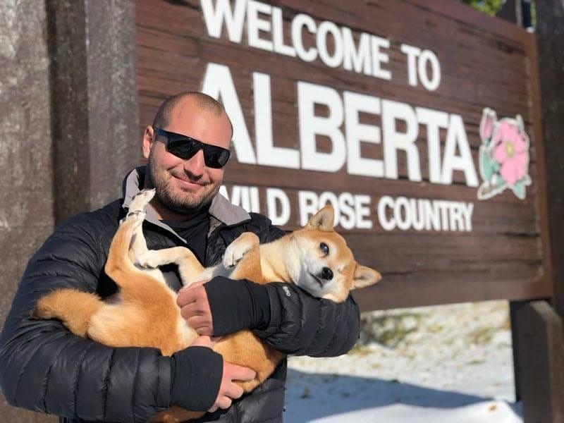 Chàng trai Mỹ cõng chú chó mù trên đường đi phượt Ảnh 1