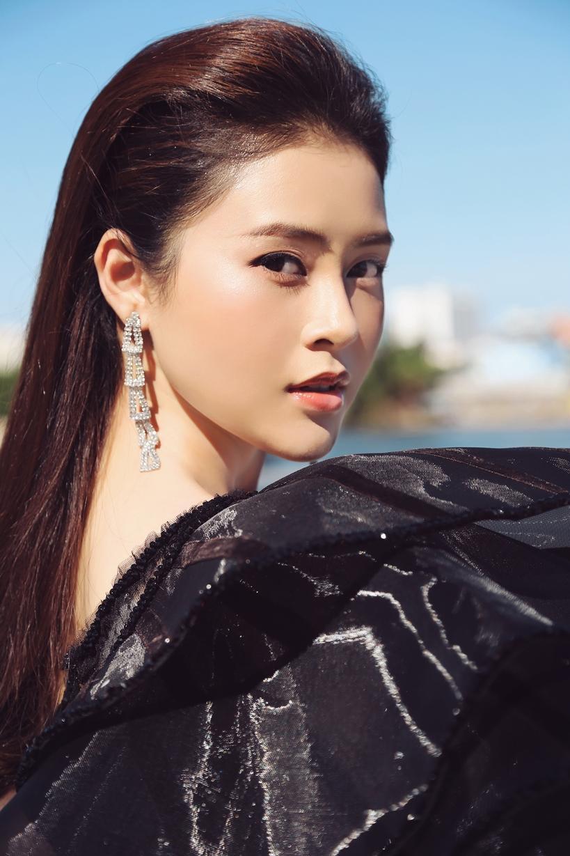 Á hậu Lý Kim Thảo khoe nhan sắc quyến rũ với trang phục gợi cảm Ảnh 7