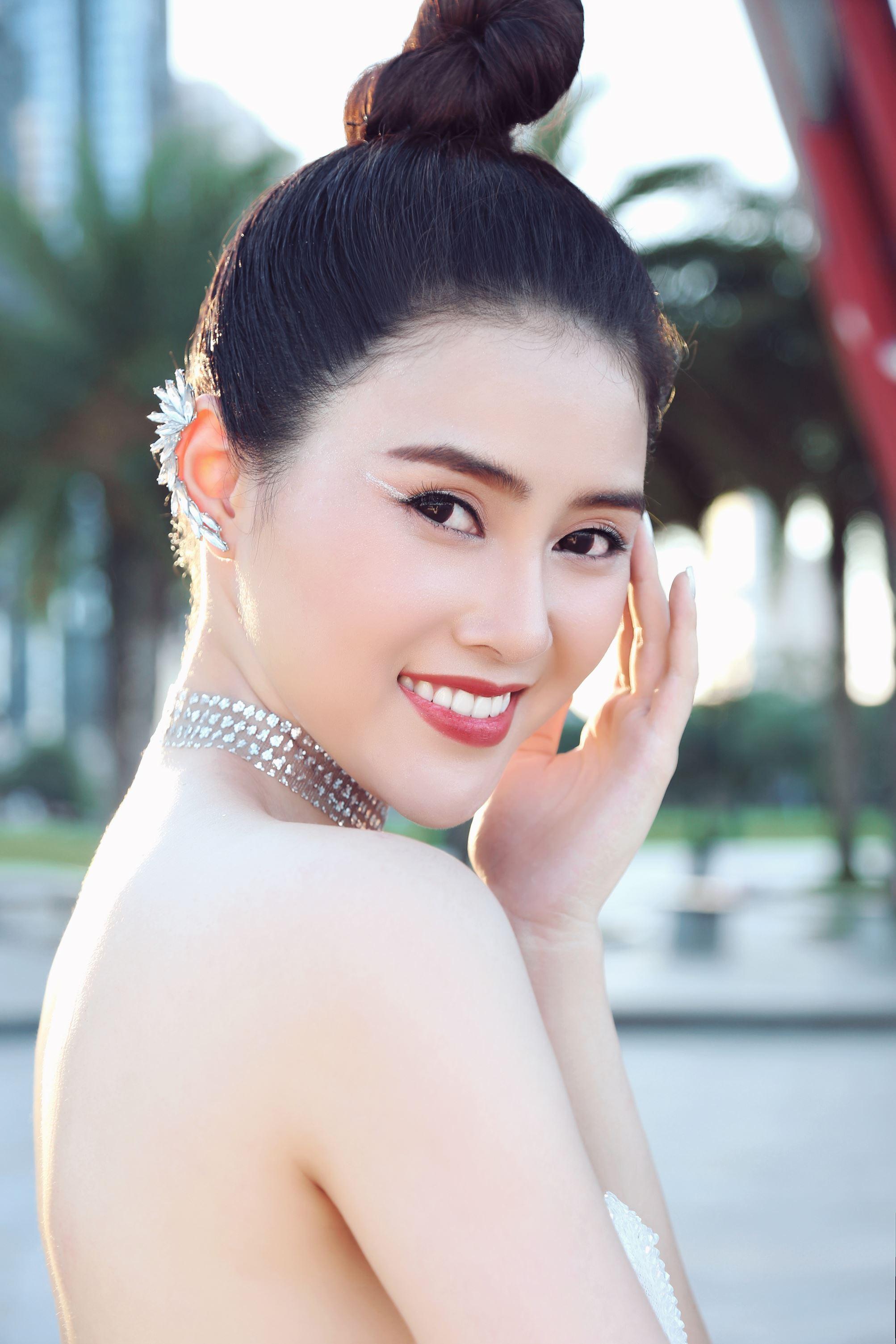 Á hậu Lý Kim Thảo khoe nhan sắc quyến rũ với trang phục gợi cảm Ảnh 6