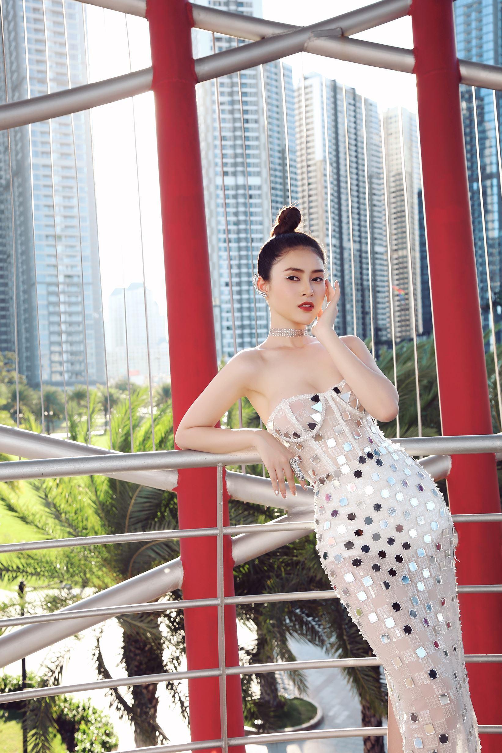 Á hậu Lý Kim Thảo khoe nhan sắc quyến rũ với trang phục gợi cảm Ảnh 2