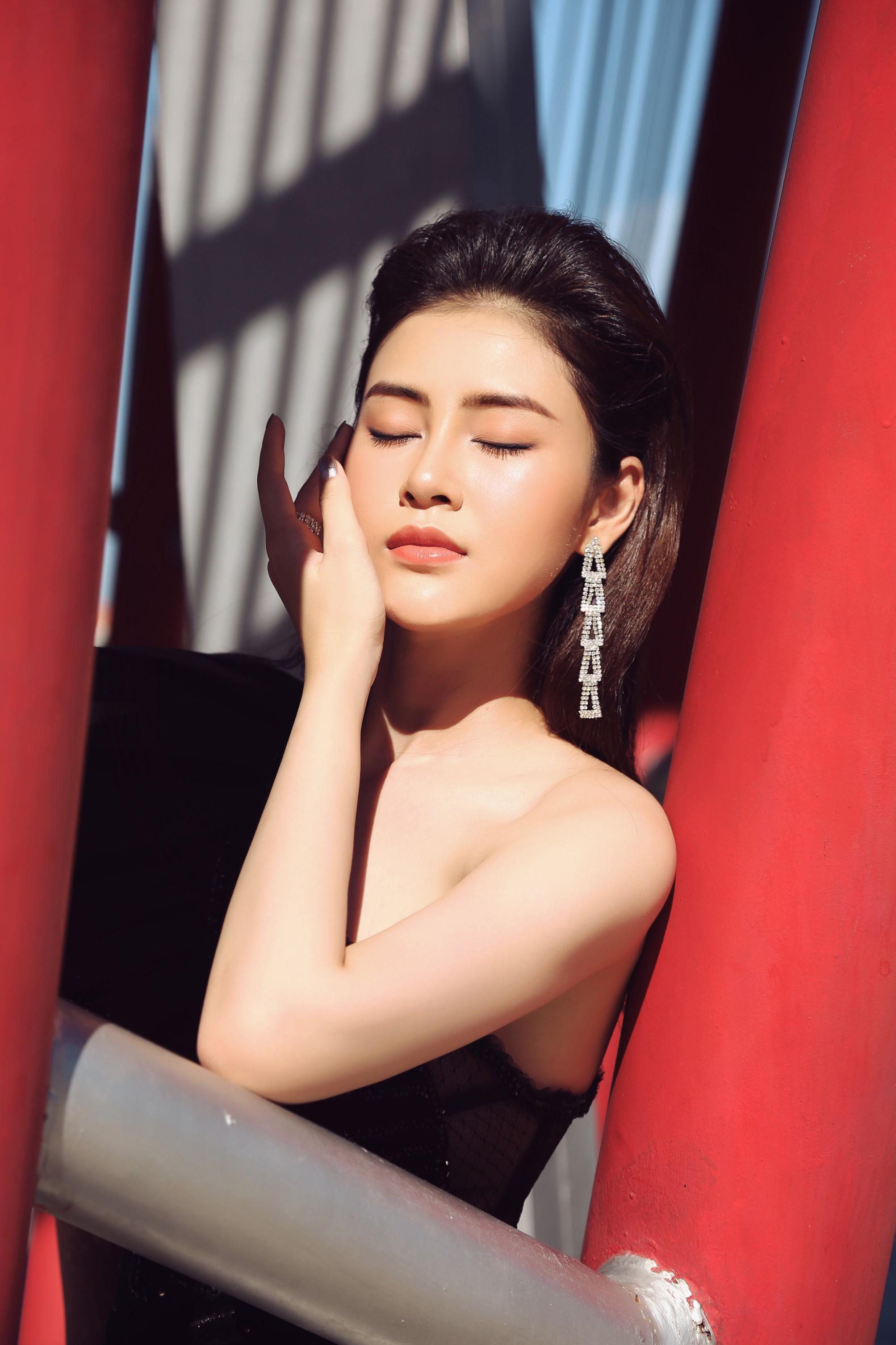 Á hậu Lý Kim Thảo khoe nhan sắc quyến rũ với trang phục gợi cảm Ảnh 5