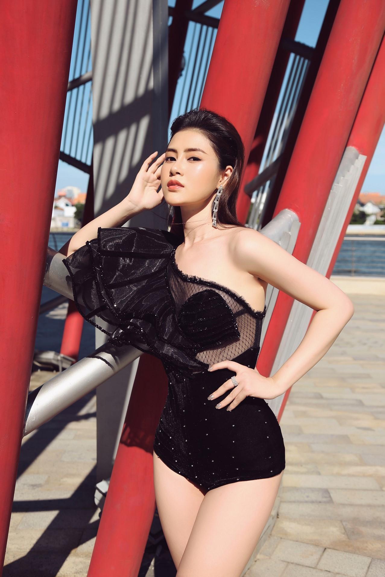 Á hậu Lý Kim Thảo khoe nhan sắc quyến rũ với trang phục gợi cảm Ảnh 3