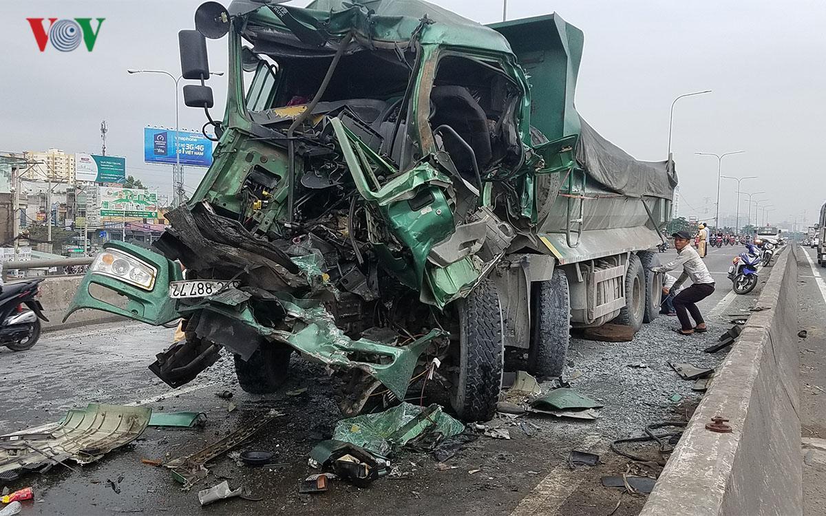 Xe ben húc đuôi xe tải, khoan cắt cabin đưa thi thể tài xế ra ngoài Ảnh 1