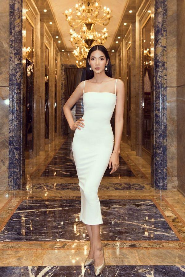 Hoàng Thùy bung lụa với váy trắng bó sát khoe đường cong đẹp 'ná thở' Ảnh 2