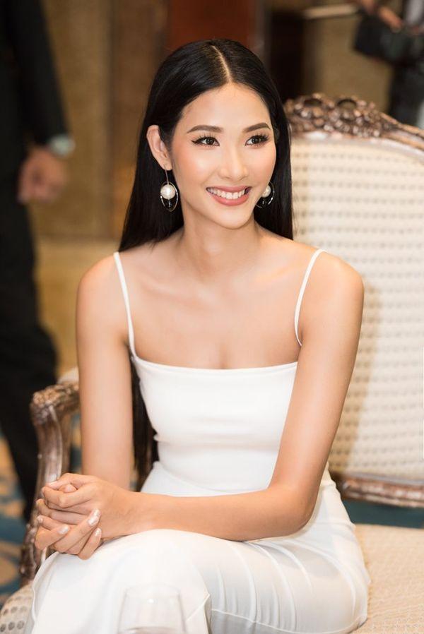 Hoàng Thùy bung lụa với váy trắng bó sát khoe đường cong đẹp 'ná thở' Ảnh 4
