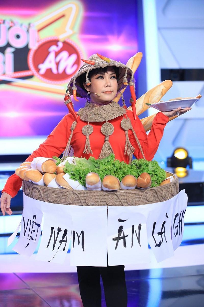 Việt Hương hiện trang phục bánh mì, hóa 'H'Hen Niê phiên bản lỗi' nhí nhảnh trên truyền hình Ảnh 4