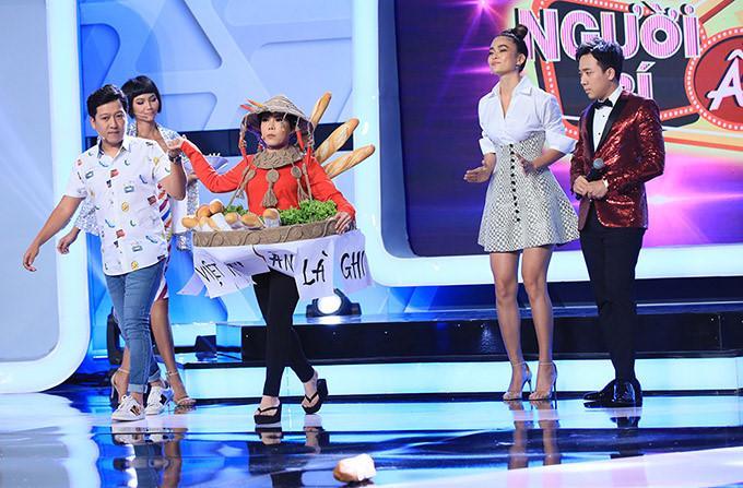 Việt Hương hiện trang phục bánh mì, hóa 'H'Hen Niê phiên bản lỗi' nhí nhảnh trên truyền hình Ảnh 3