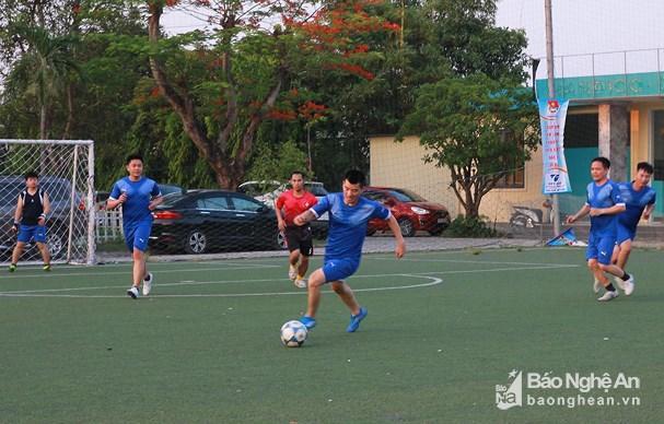 300 vận động viên tham gia Giải bóng đá Đoàn viên thanh niên Thành Vinh lần thứ V Ảnh 4