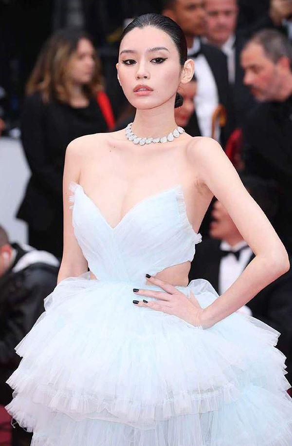 Bạn gái con trai 'vua sòng bạc Macau' khoe ngực đầy, eo thon trên thảm đỏ Cannes Ảnh 6