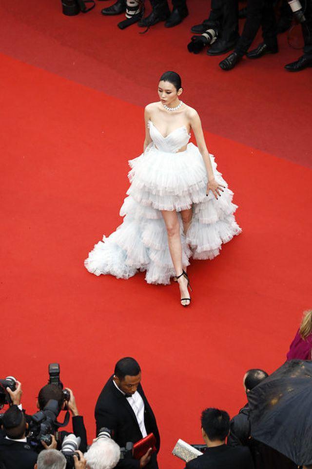 Bạn gái con trai 'vua sòng bạc Macau' khoe ngực đầy, eo thon trên thảm đỏ Cannes Ảnh 3