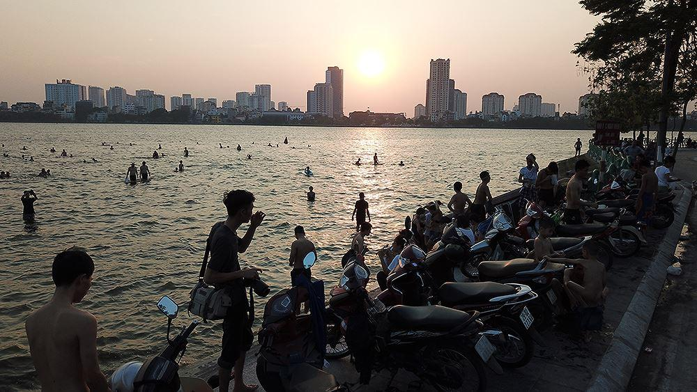 Người dân Hà Nội rủ nhau ra Hồ Tây tắm hạ nhiệt ngày cuối tuần nắng như nung Ảnh 3