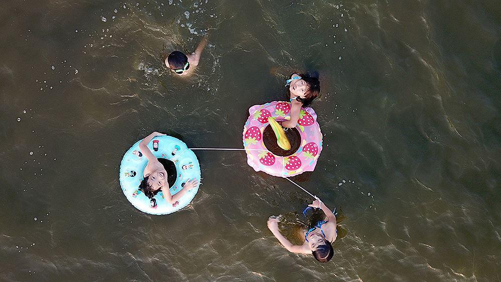Người dân Hà Nội rủ nhau ra Hồ Tây tắm hạ nhiệt ngày cuối tuần nắng như nung Ảnh 6