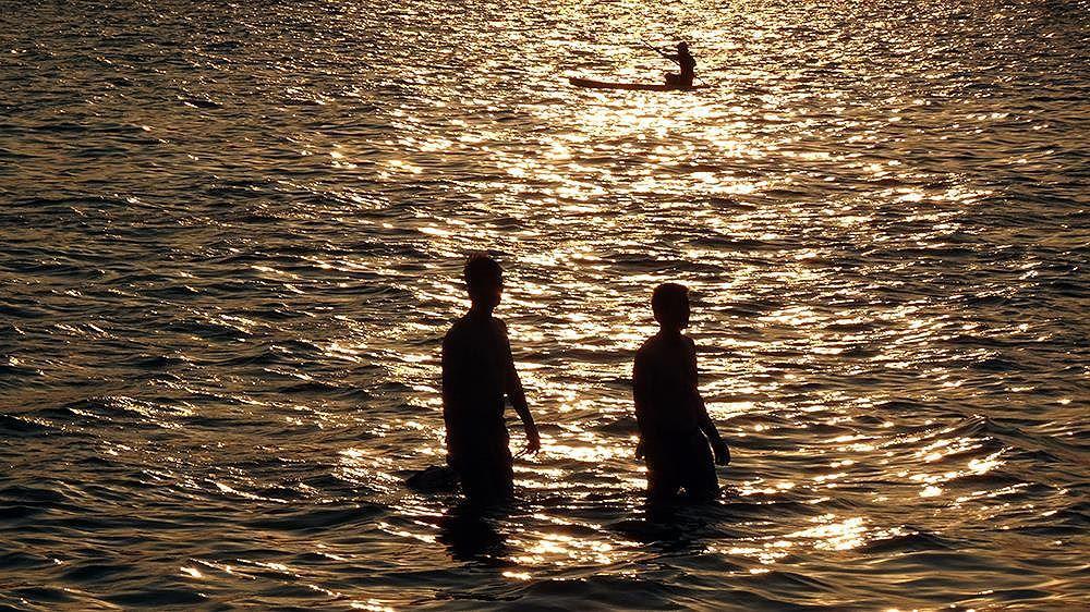 Người dân Hà Nội rủ nhau ra Hồ Tây tắm hạ nhiệt ngày cuối tuần nắng như nung Ảnh 2