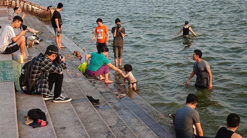 Người dân Hà Nội rủ nhau ra Hồ Tây tắm hạ nhiệt ngày cuối tuần nắng như nung Ảnh 11