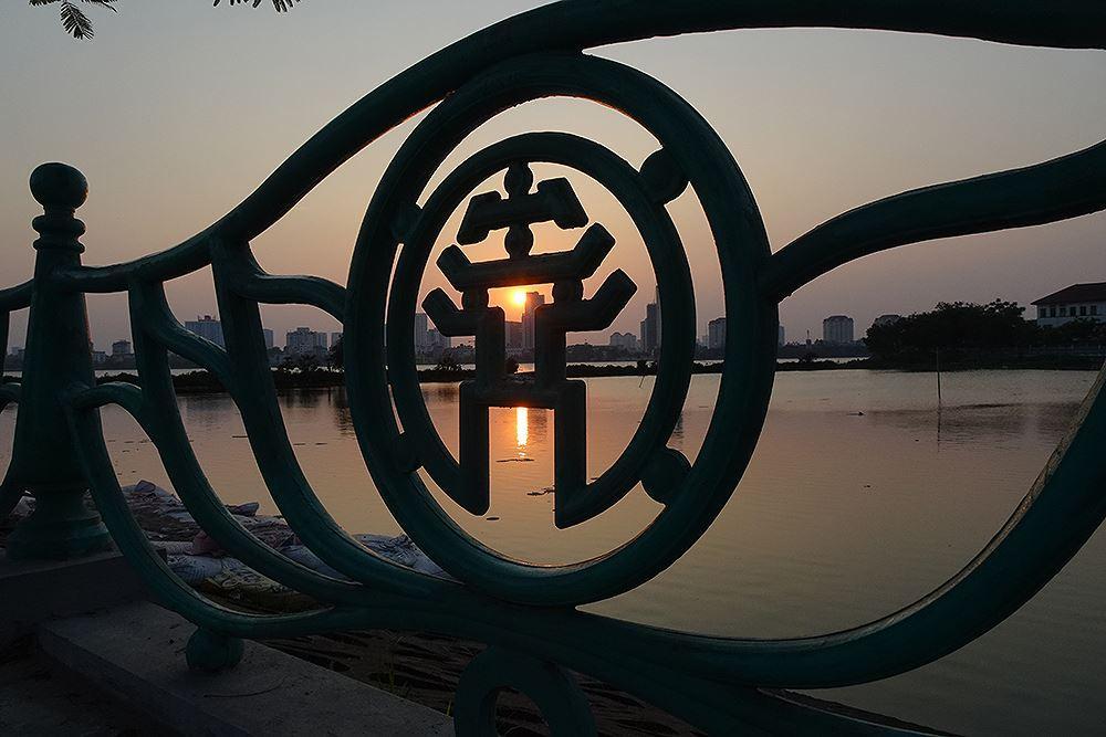 Người dân Hà Nội rủ nhau ra Hồ Tây tắm hạ nhiệt ngày cuối tuần nắng như nung Ảnh 12