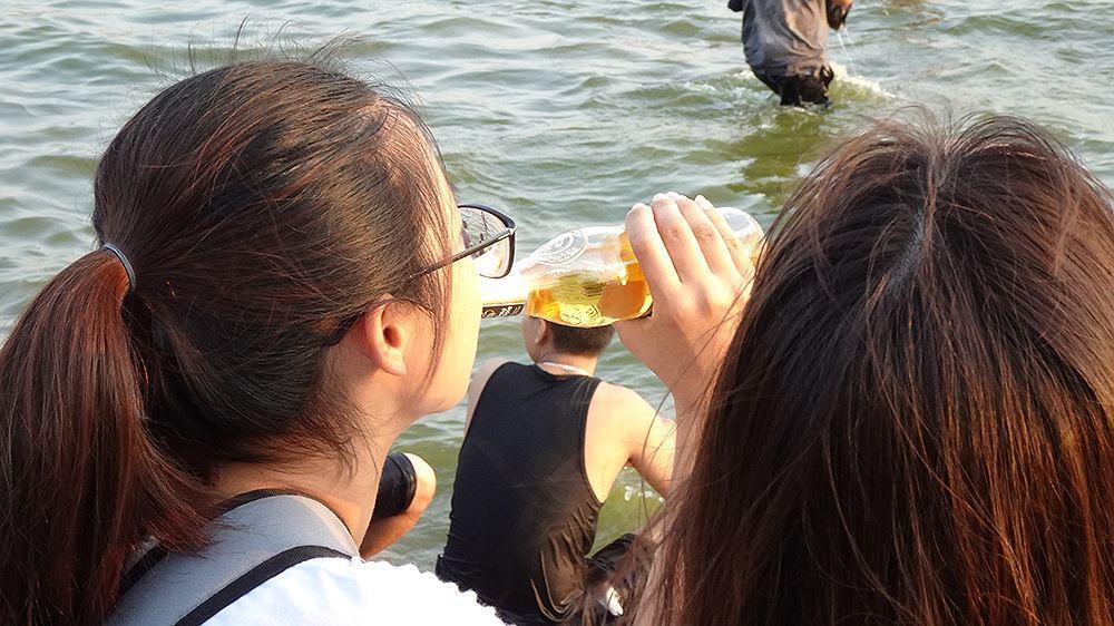 Người dân Hà Nội rủ nhau ra Hồ Tây tắm hạ nhiệt ngày cuối tuần nắng như nung Ảnh 10