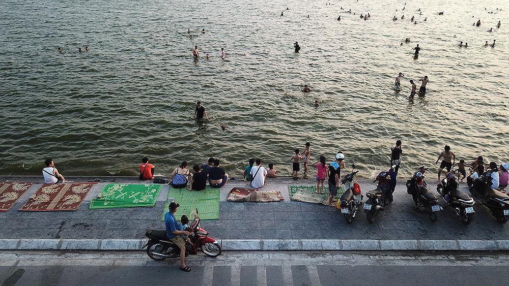 Người dân Hà Nội rủ nhau ra Hồ Tây tắm hạ nhiệt ngày cuối tuần nắng như nung Ảnh 1