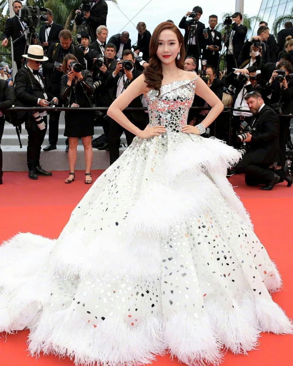 Những bộ váy cồng kềnh nhất thảm đỏ Cannes 2019 Ảnh 1