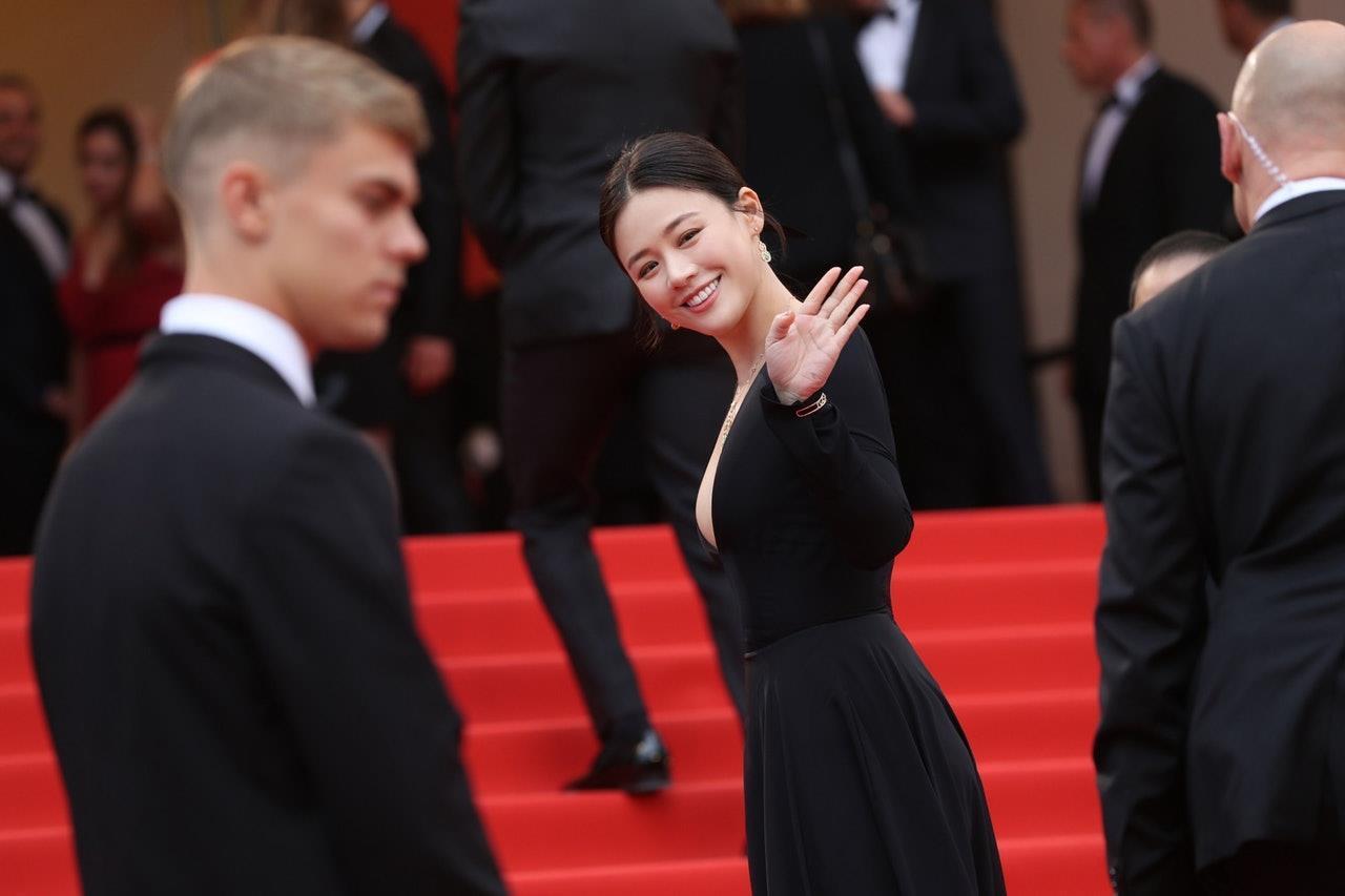 Sao nữ Trung Quốc bị chê bóp eo, nâng ngực quá đà trong ảnh ở Cannes Ảnh 5