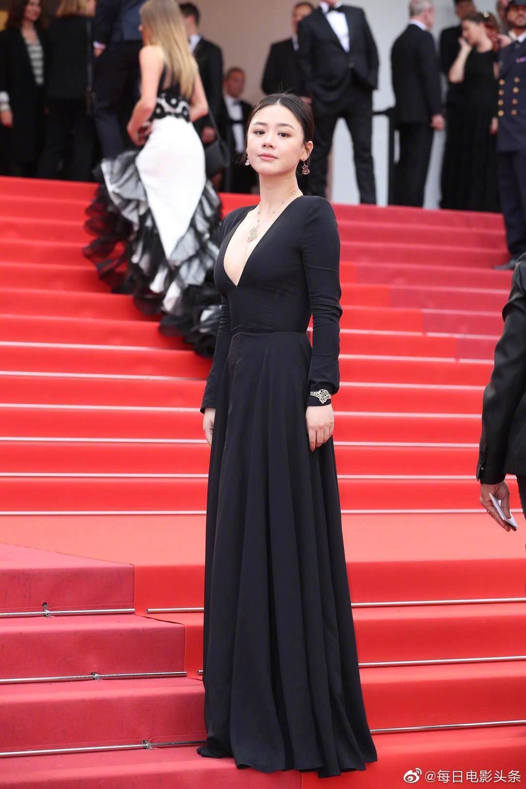 Sao nữ Trung Quốc bị chê bóp eo, nâng ngực quá đà trong ảnh ở Cannes Ảnh 1