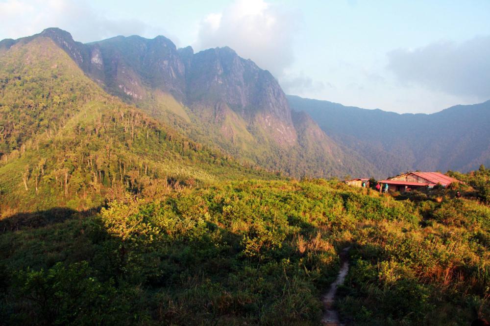 Xem dân văn phòng chinh phục đỉnh Ky Quan San ở độ cao 3046m Ảnh 9
