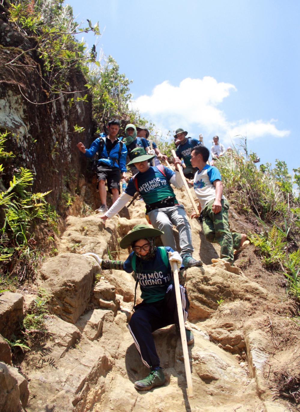 Xem dân văn phòng chinh phục đỉnh Ky Quan San ở độ cao 3046m Ảnh 6