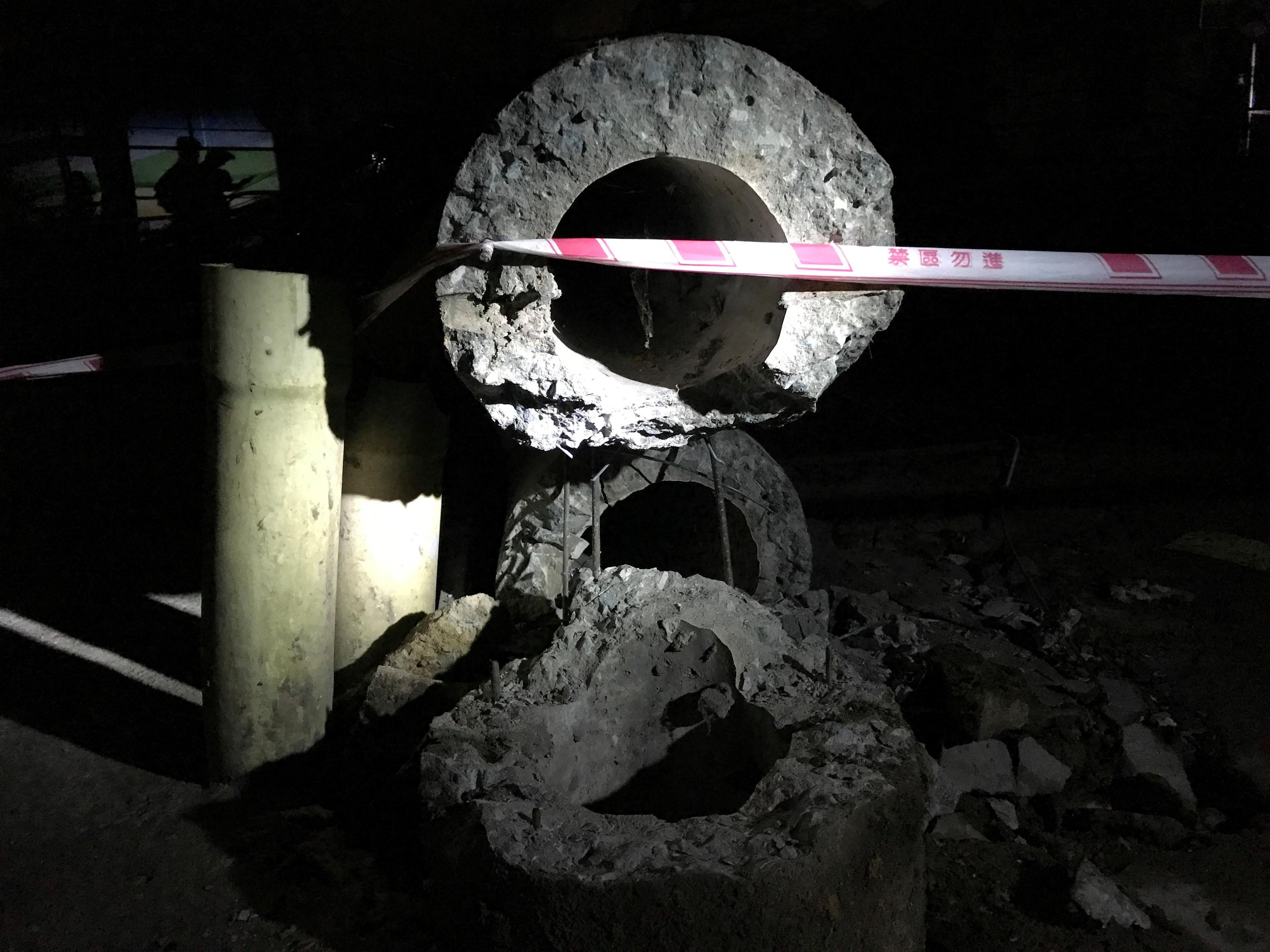 Xe container kéo đổ hàng loạt trụ điện, khu dân cư mất điện trong đêm Ảnh 4