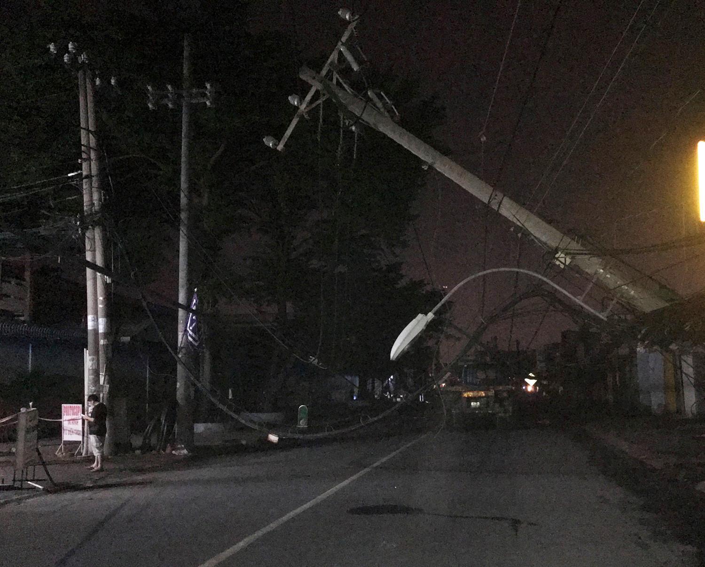 Xe container kéo đổ hàng loạt trụ điện, khu dân cư mất điện trong đêm Ảnh 2