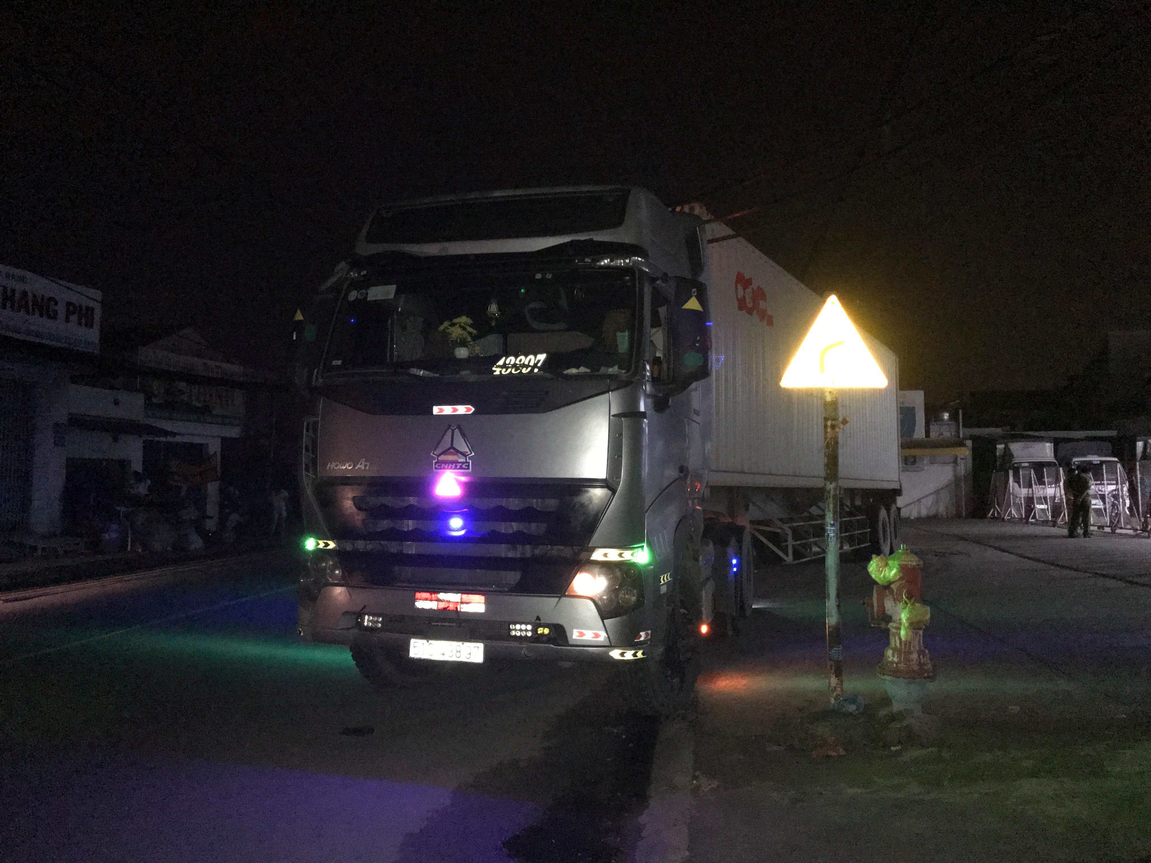 Xe container kéo đổ hàng loạt trụ điện, khu dân cư mất điện trong đêm Ảnh 5