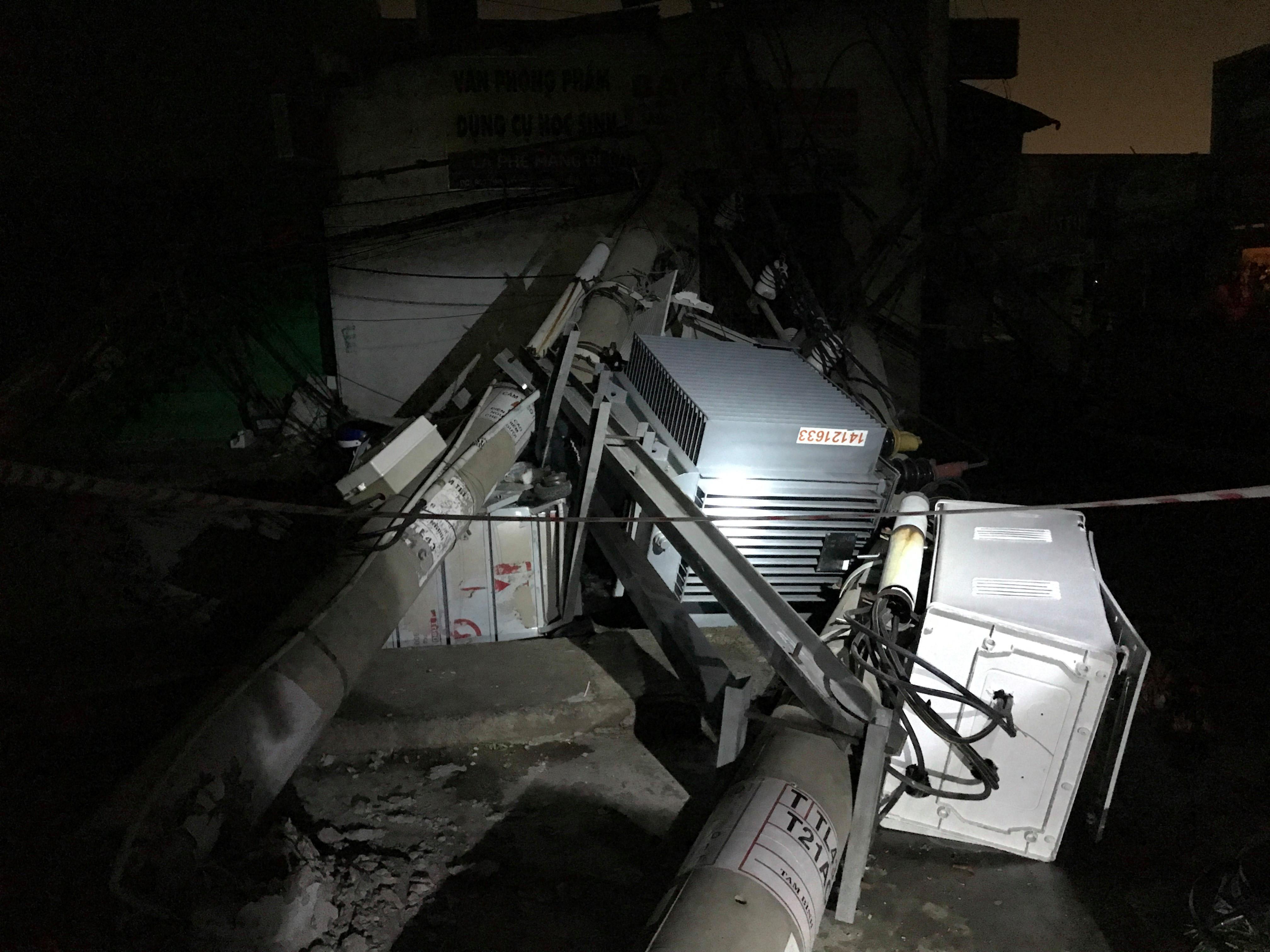 Xe container kéo đổ hàng loạt trụ điện, khu dân cư mất điện trong đêm Ảnh 1