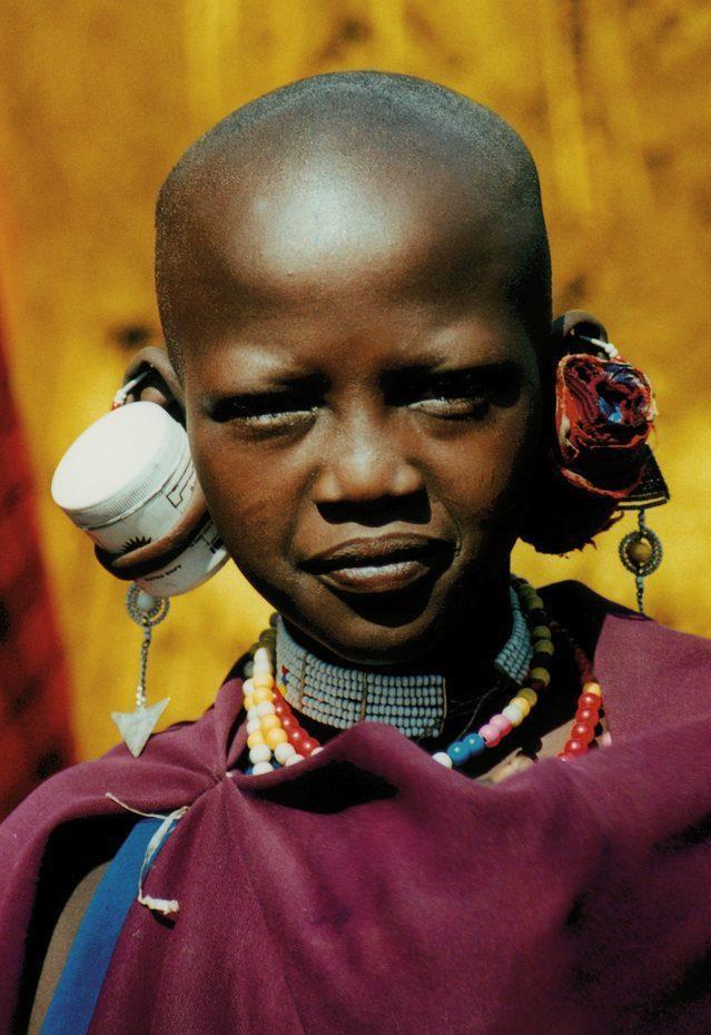 Kỳ lạ nơi ai cũng thay đổi diện mạo bằng cạo trọc đầu, kéo dài tai Ảnh 8