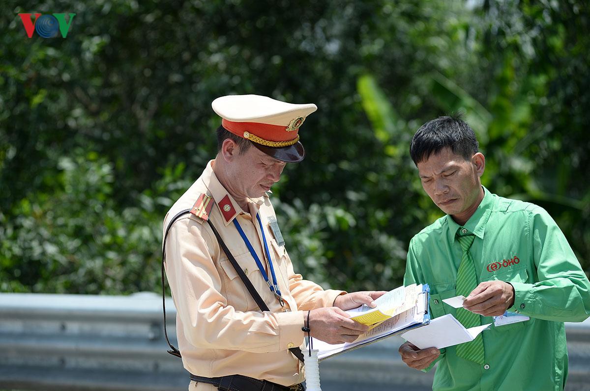 CSGT Hà Nội vất vả điều tiết giao thông giữa nắng nóng như thiêu đốt Ảnh 10