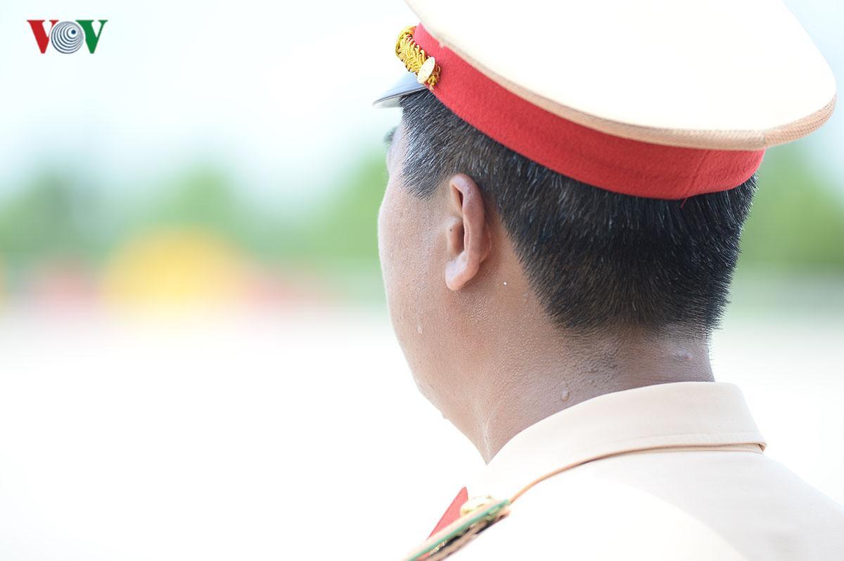 CSGT Hà Nội vất vả điều tiết giao thông giữa nắng nóng như thiêu đốt Ảnh 6