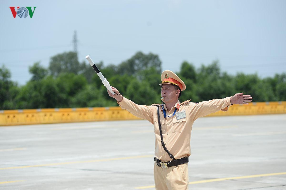 CSGT Hà Nội vất vả điều tiết giao thông giữa nắng nóng như thiêu đốt Ảnh 9