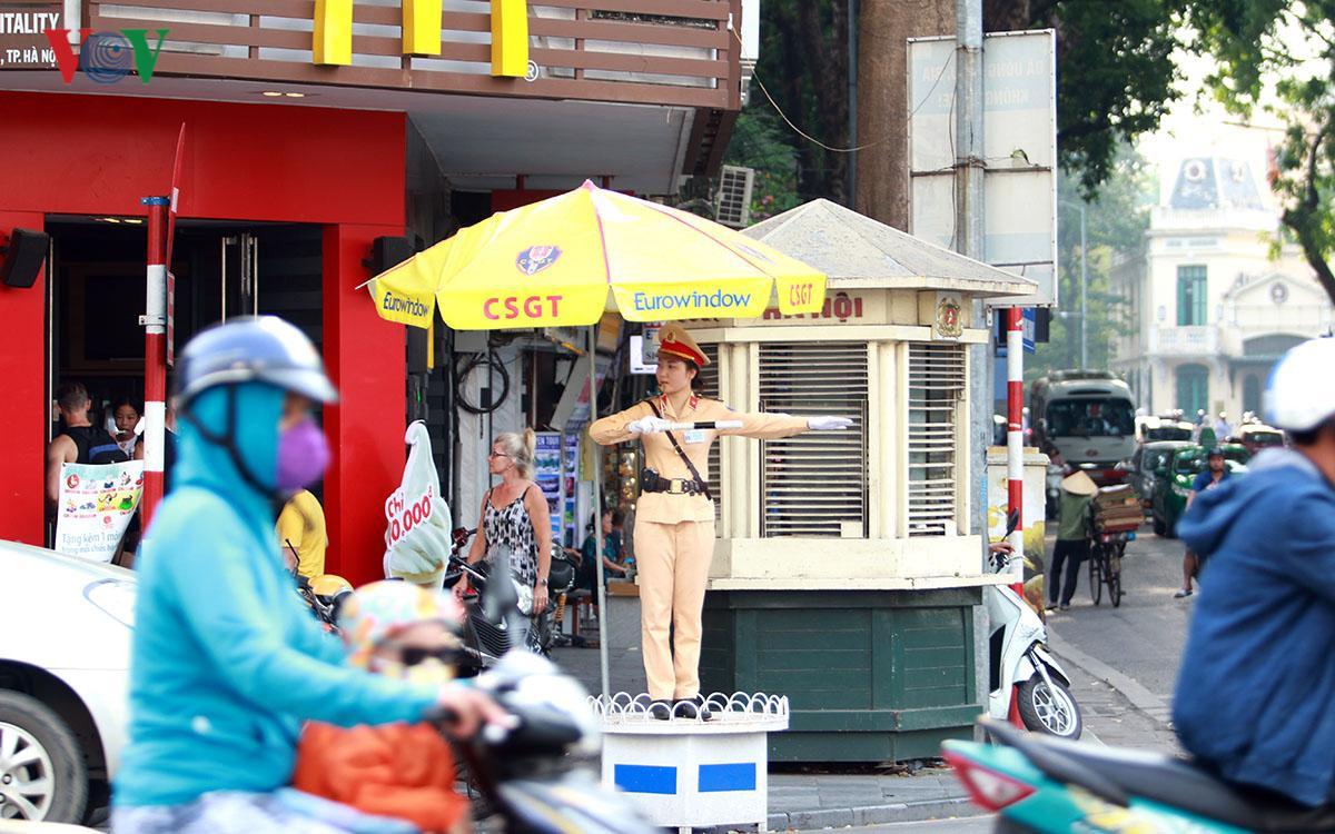 CSGT Hà Nội vất vả điều tiết giao thông giữa nắng nóng như thiêu đốt Ảnh 5
