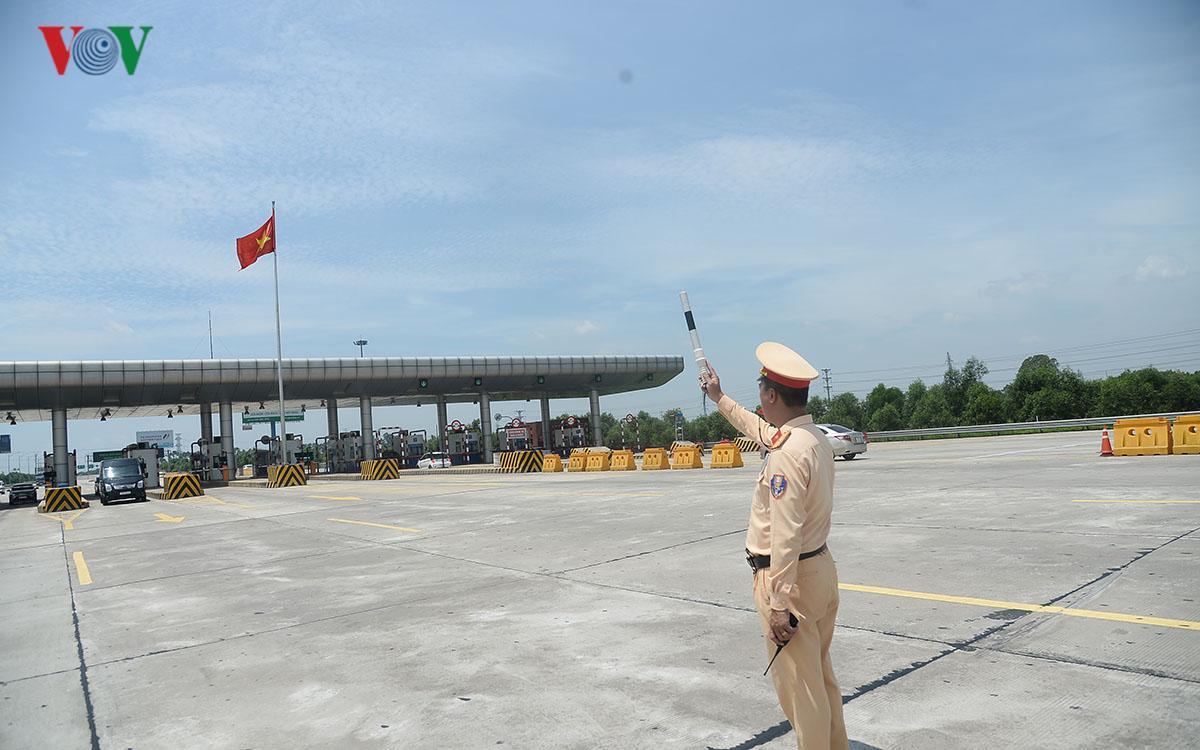 CSGT Hà Nội vất vả điều tiết giao thông giữa nắng nóng như thiêu đốt Ảnh 8