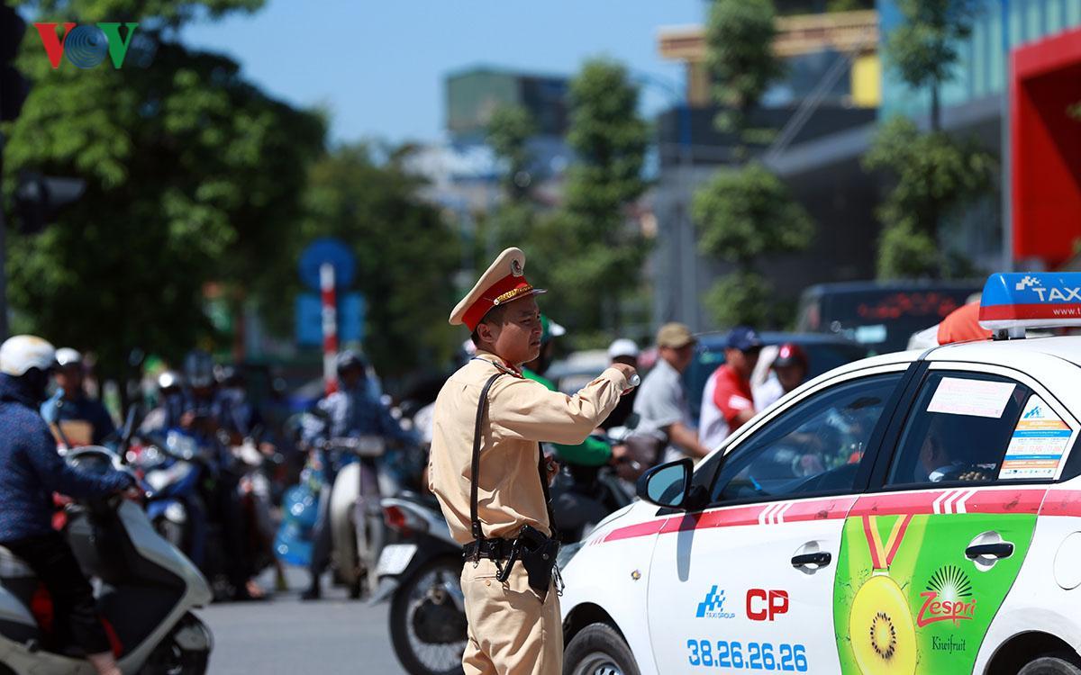 CSGT Hà Nội vất vả điều tiết giao thông giữa nắng nóng như thiêu đốt Ảnh 3